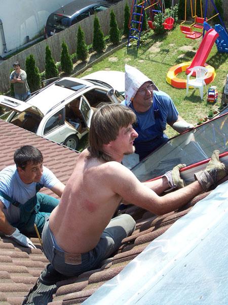 A napkollektor felemelése a tetőre
