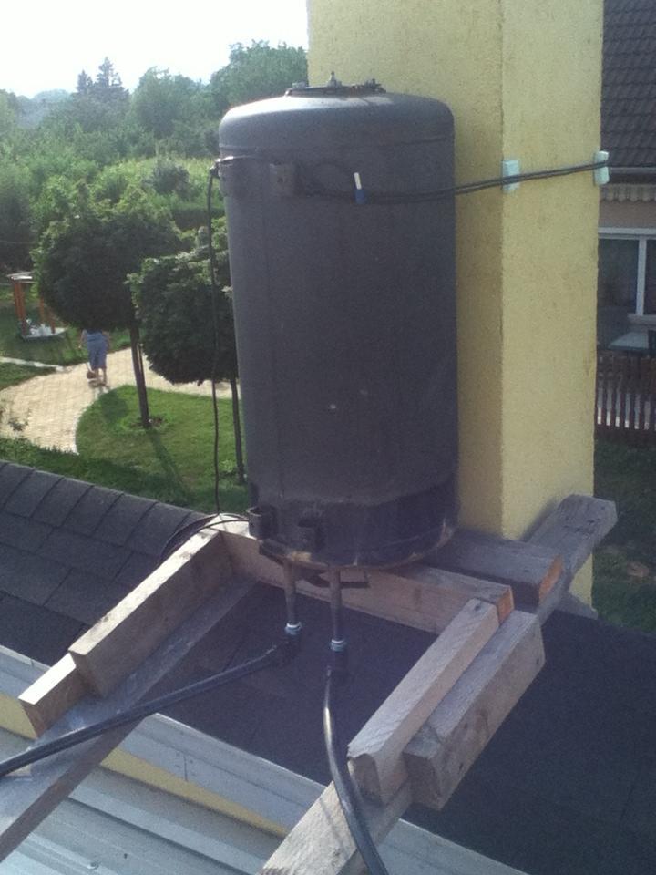 Az új napkollektoros rendszer a tetőre szerelt fekete tartályt váltotta ki