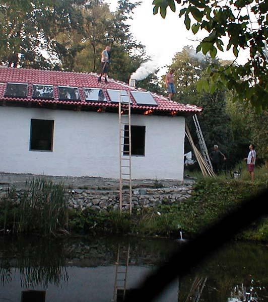A főépület árnyékoló hatása miatt a napkollektor mezőt teljesen a tető szélére kitoltuk