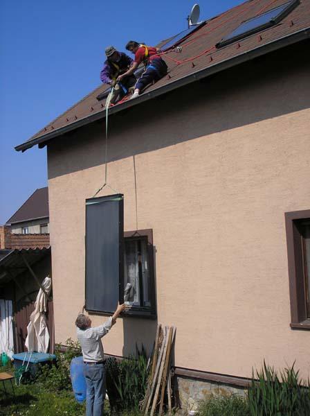 A kollektor felhúzása a tetőre