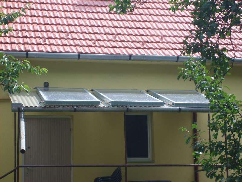 A napkollektorok a terasz fölött