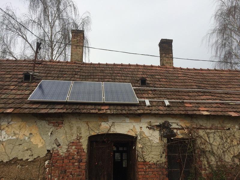Első három napelem a tetőn