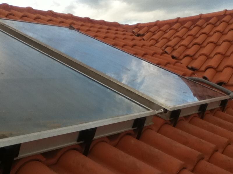 A viharos szél miatt kettő helyett három tartót használtunk napkollektoronként alul és fölül is