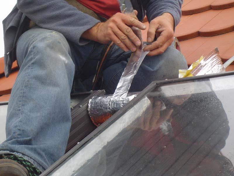 A napkollektorokat összekötő csöveket is le kell szigetelni