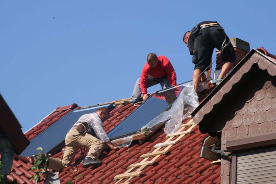 Napkollektor kicsomagolása a tetőn